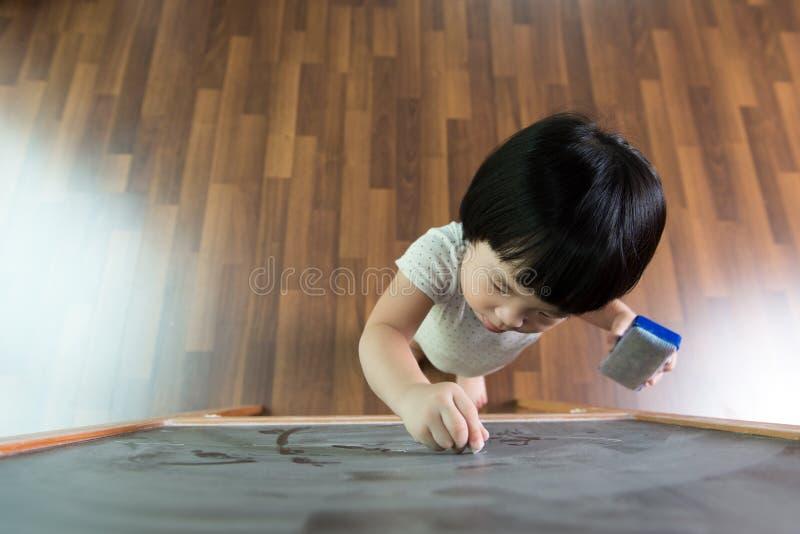 Bambino che attinge lavagna fotografia stock libera da diritti