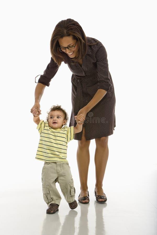 Bambino che cammina con la mamma. immagine stock libera da diritti