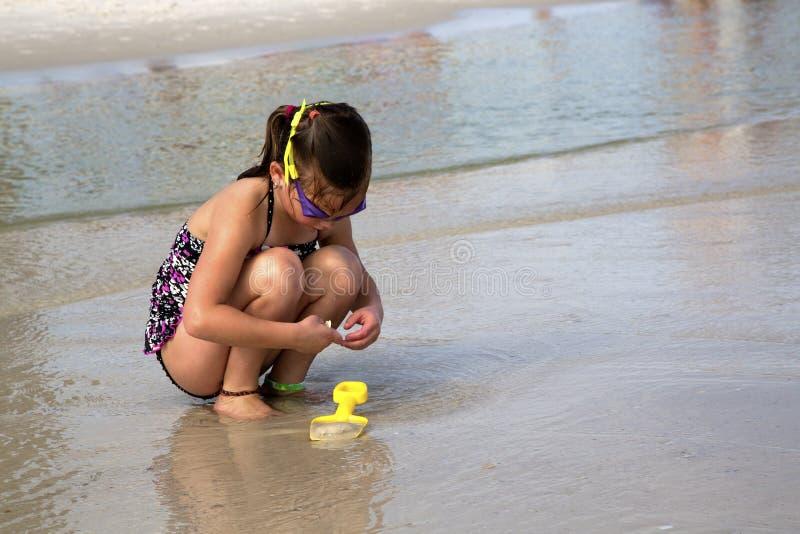Bambino Che Cerca Le Coperture Alla Spiaggia. Fotografie Stock