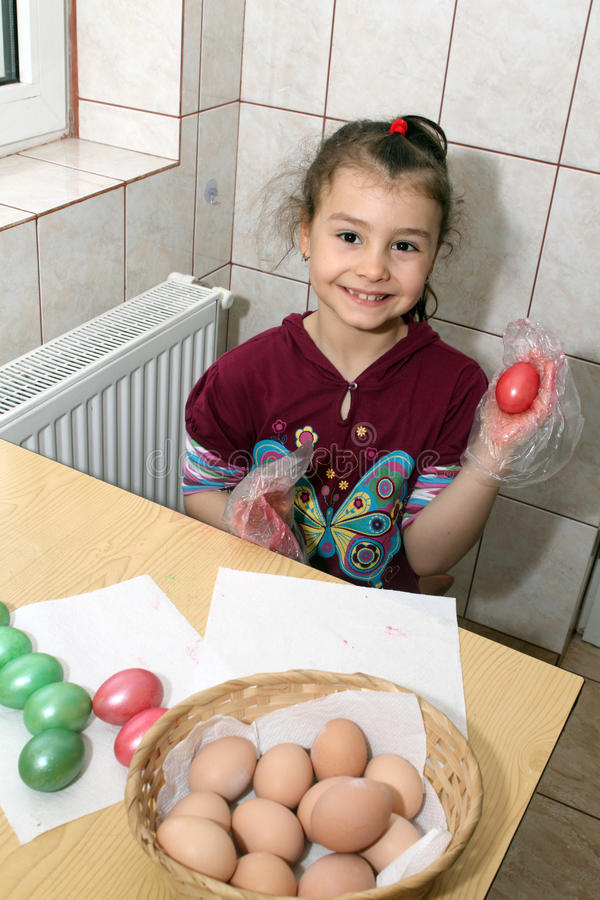 Bambino che colora le uova di Pasqua fotografia stock