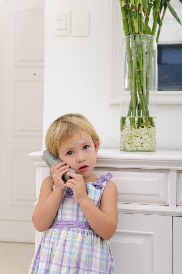 Bambino che comunica sul telefono nel paese fotografia stock libera da diritti