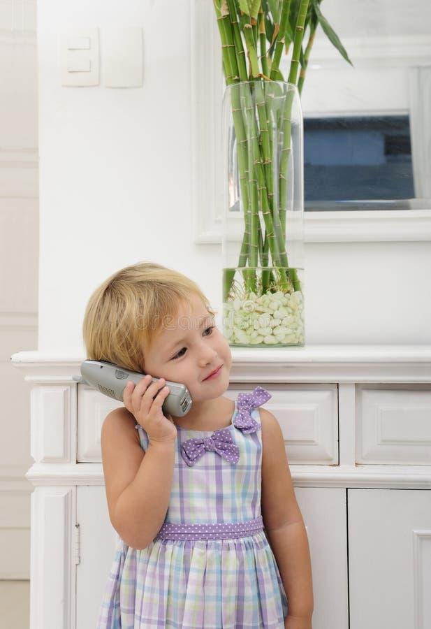 Bambino che comunica sul telefono nel paese fotografie stock