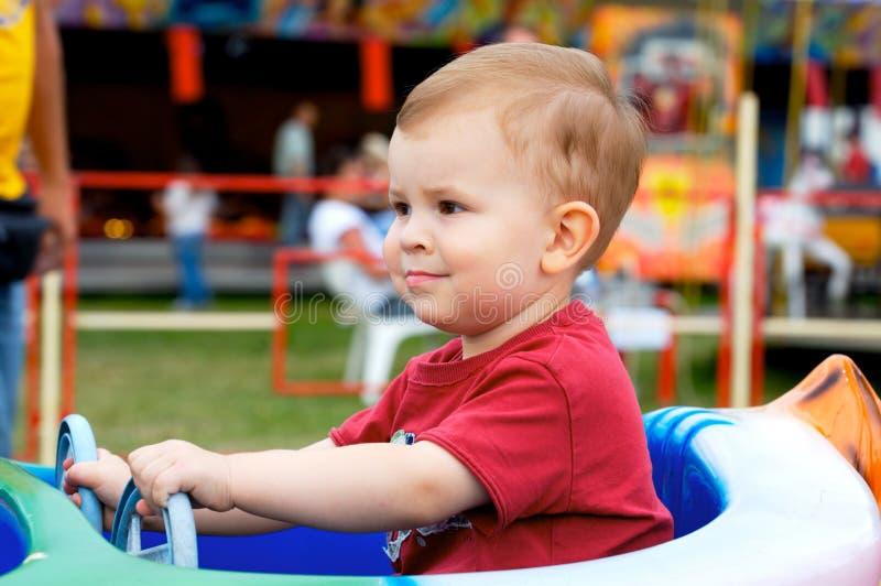 Bambino che conduce l'automobile del giocattolo fotografie stock libere da diritti