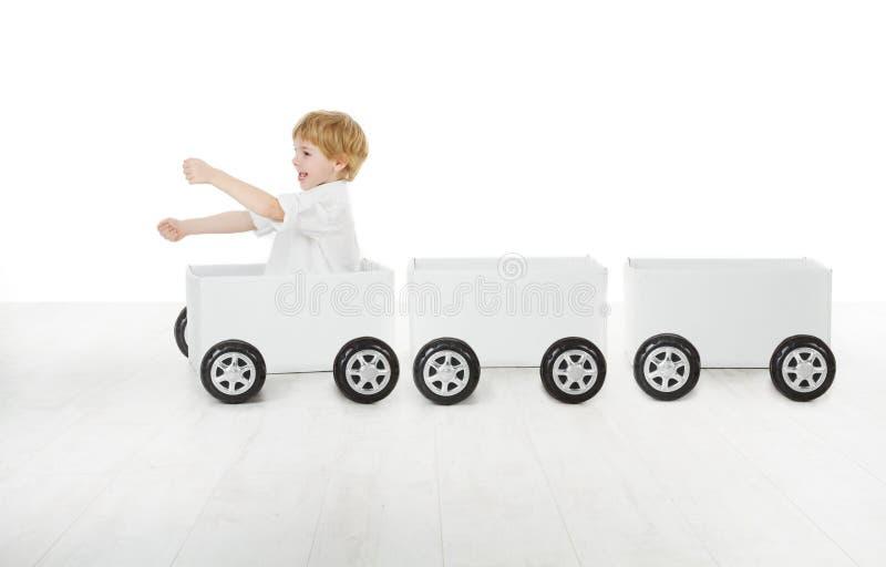 Bambino che conduce l'automobile di casella ed i vagoni vuoti fotografia stock libera da diritti
