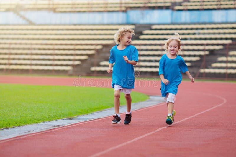 Bambino che corre allo stadio I bambini corrono Sport sani fotografie stock libere da diritti
