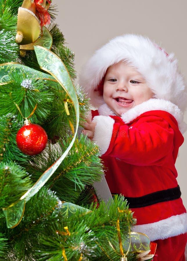 Bambino che decora l'albero di Natale immagini stock
