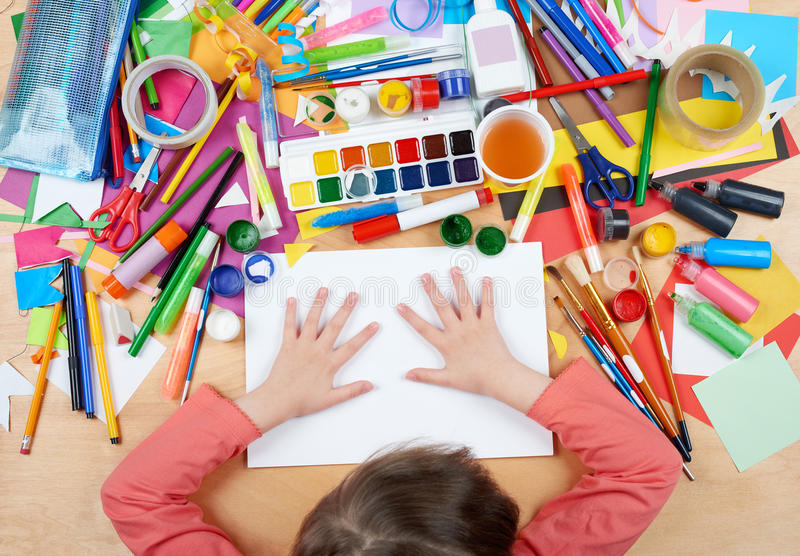 Bambino che disegna vista superiore Posto di lavoro del materiale illustrativo con gli accessori creativi Strumenti piani di arte immagini stock