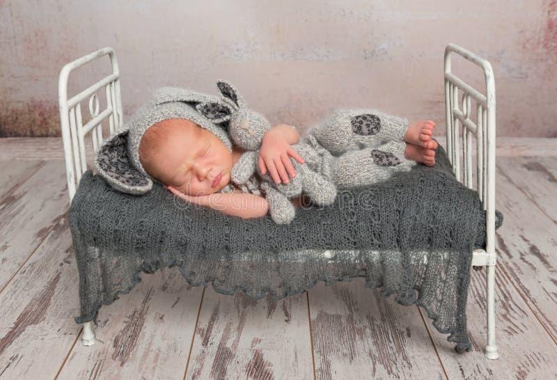 Bambino che dorme con un giocattolo adorabile fotografia stock