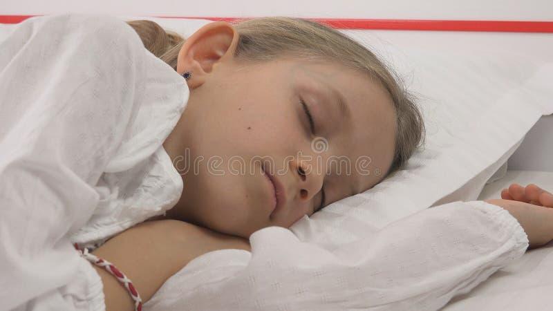 Bambino che dorme a letto, ritratto del bambino che riposa nella camera da letto, fronte della ragazza a casa immagine stock libera da diritti