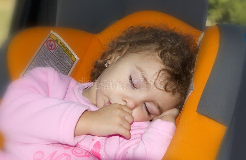 Bambino che dorme nell'automobile immagine stock