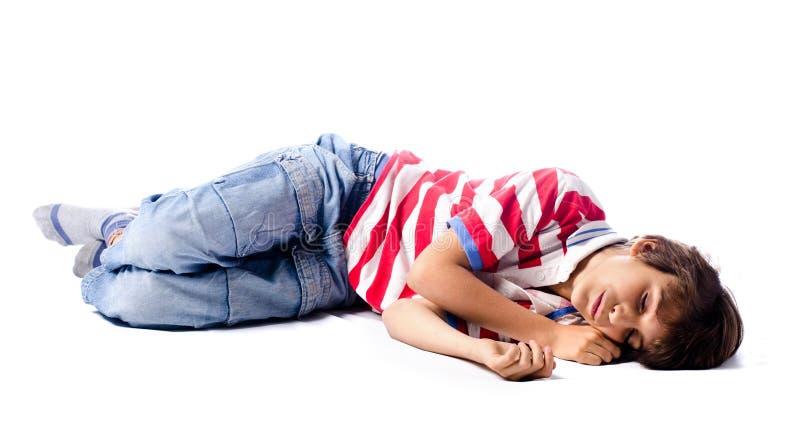 Bambino che dorme, sul fondo bianco immagine stock