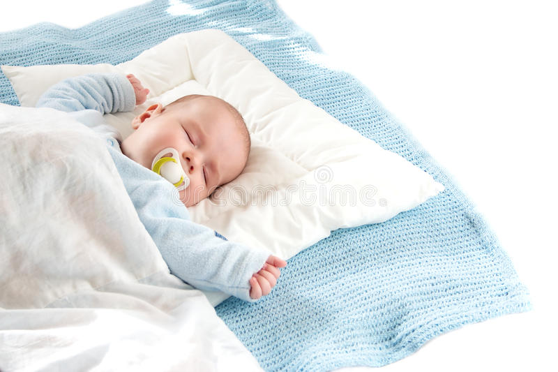 Bambino che dorme sulla coperta blu immagine stock