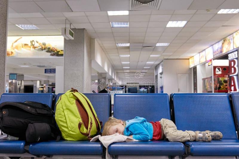 Bambino che dorme sulla sedia immagini stock