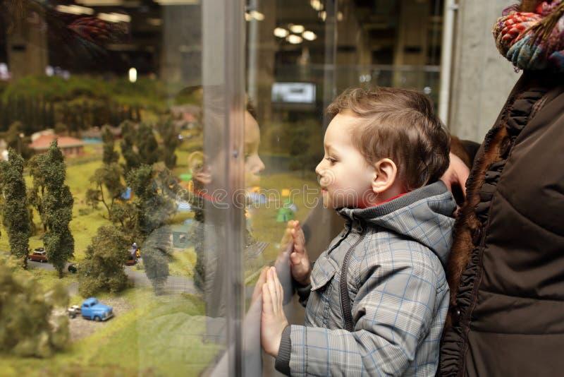Bambino che esamina il parco del giocattolo fotografie stock libere da diritti