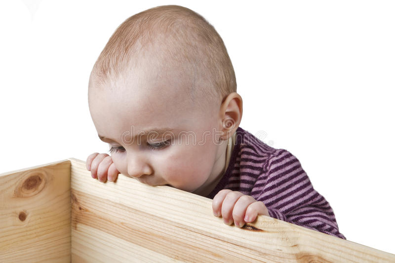 Bambino che esamina la casella di legno fotografia stock libera da diritti