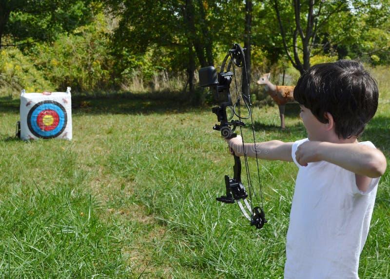 Bambino che fa tiro con l'arco fotografia stock libera da diritti