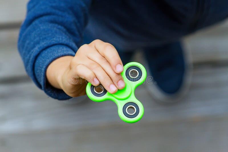 Bambino che fila un dispositivo del filatore di irrequietezza Vista superiore immagini stock libere da diritti