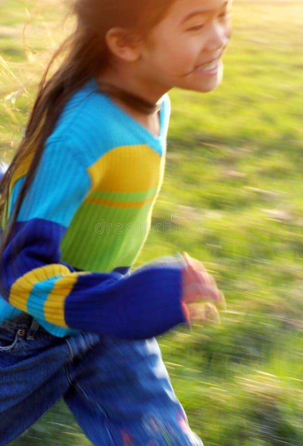 Bambino che funziona con la sfuocatura di velocità immagini stock libere da diritti
