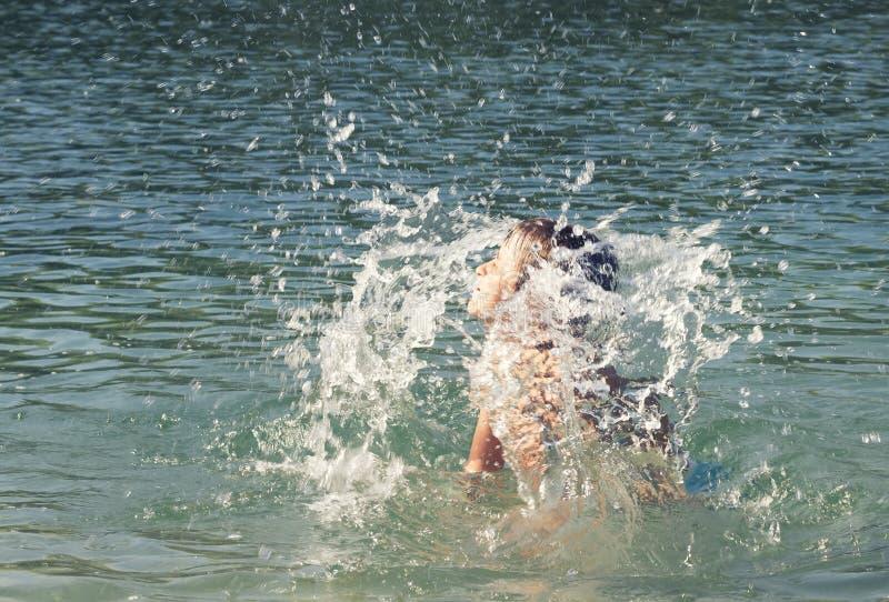 Bambino che galleggia nel mare immagine stock