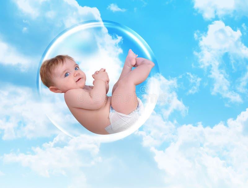 Bambino che galleggia nella bolla di protezione immagini stock libere da diritti