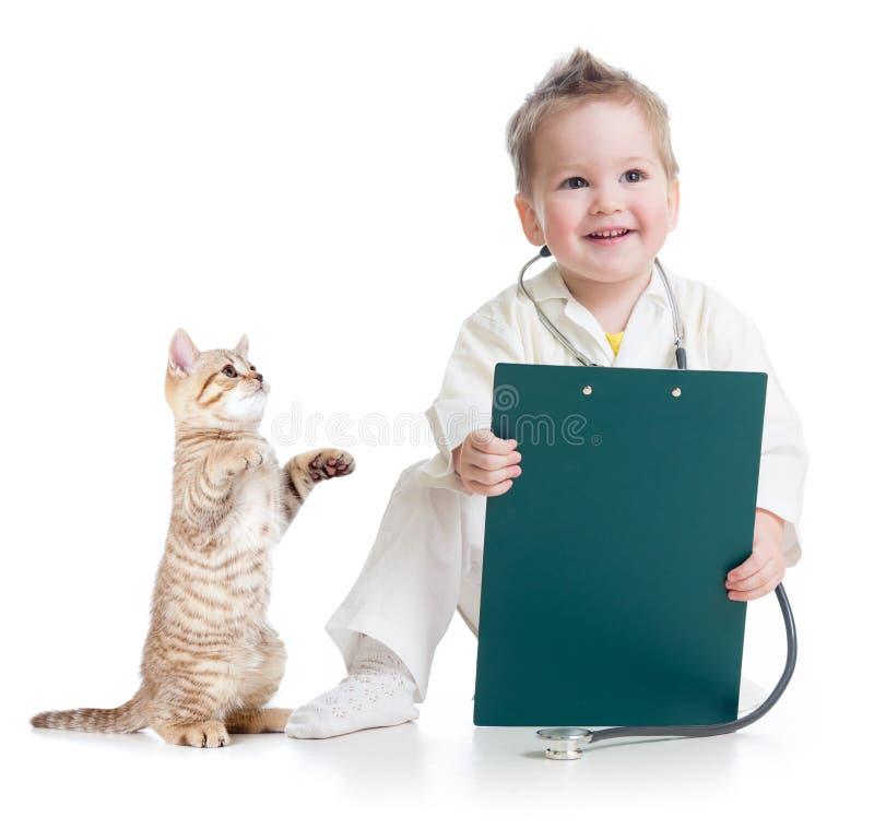 Bambino che gioca al dottore con il gatto fotografia stock