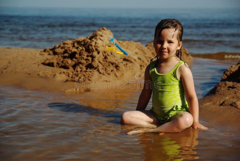 Bambino che gioca alla spiaggia immagini stock libere da diritti