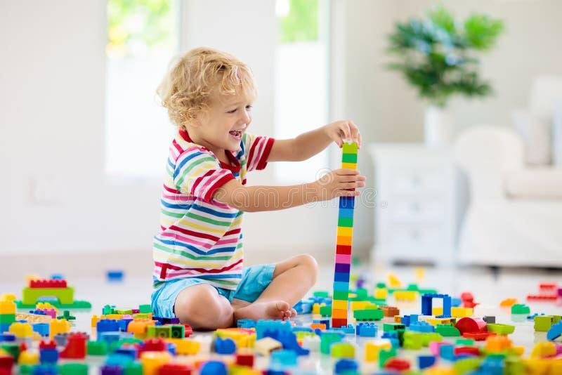 Bambino che gioca con i blocchetti del giocattolo Giocattoli per i bambini fotografie stock libere da diritti