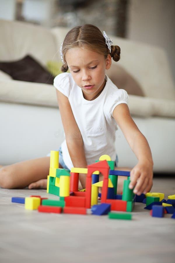 Bambino che gioca con i blocchi fotografia stock