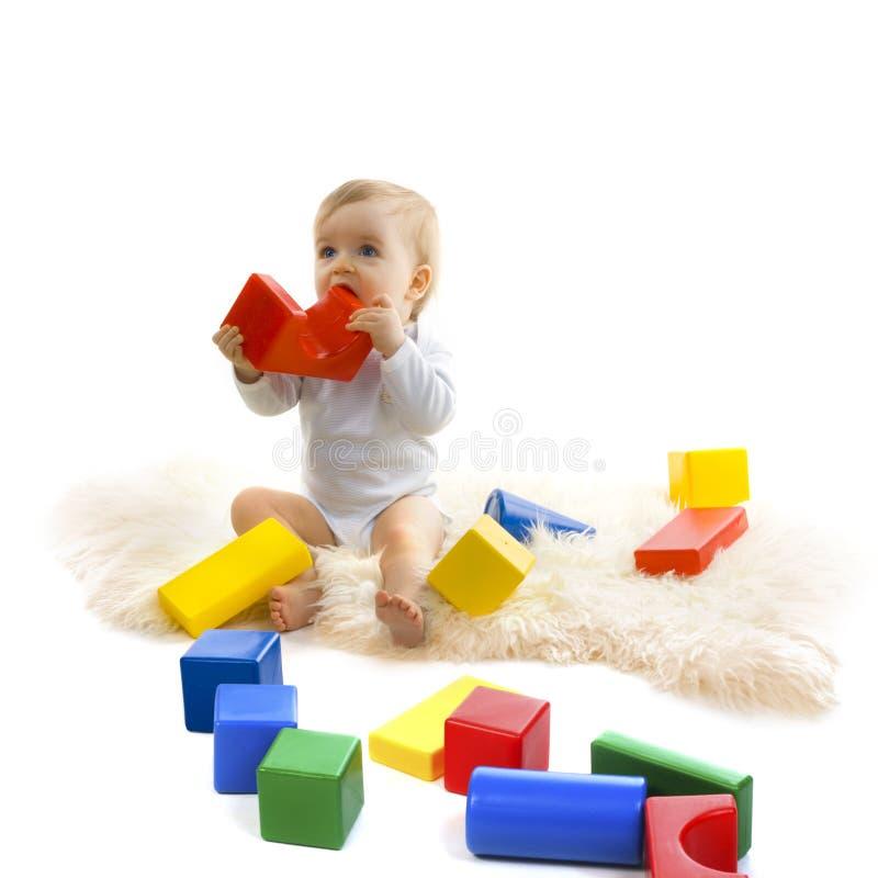 Bambino che gioca con i blocchi luminosi fotografia stock