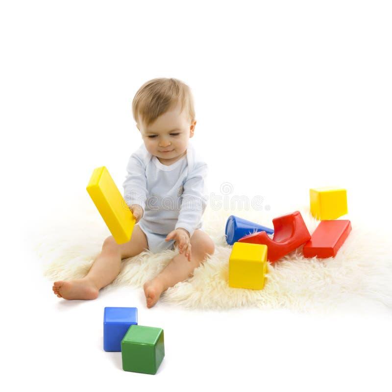 Bambino che gioca con i blocchi luminosi immagini stock