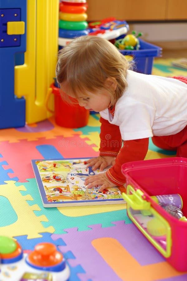Bambino che gioca con i giocattoli immagini stock libere da diritti