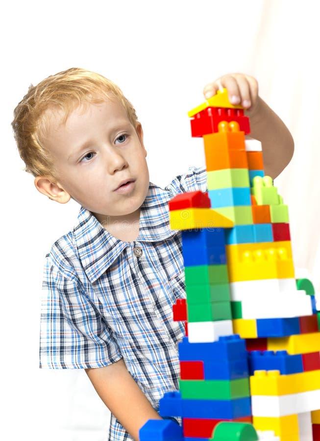 Bambino che gioca con i giocattoli fotografia stock libera da diritti
