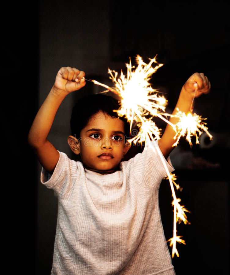 Bambino che gioca con i petardi sul festival di Diwali immagini stock libere da diritti