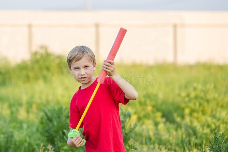 Bambino che gioca con la pistola a acqua fotografia stock