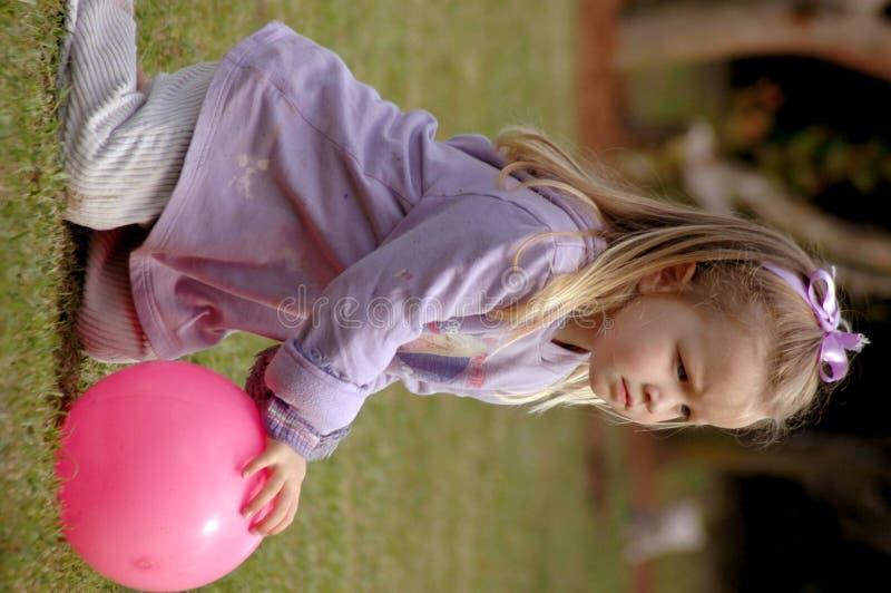 Bambino che gioca con la sfera immagine stock