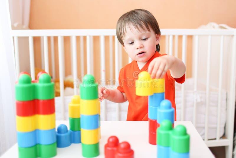 Bambino che gioca costruttore a casa immagine stock libera da diritti