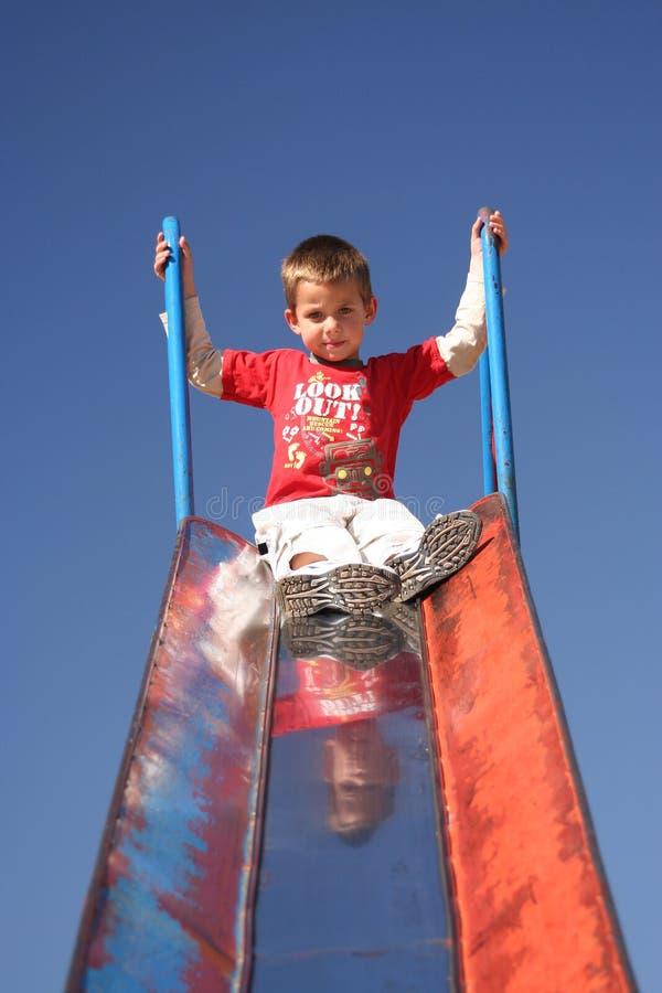 Bambino che gioca nella sosta fotografie stock