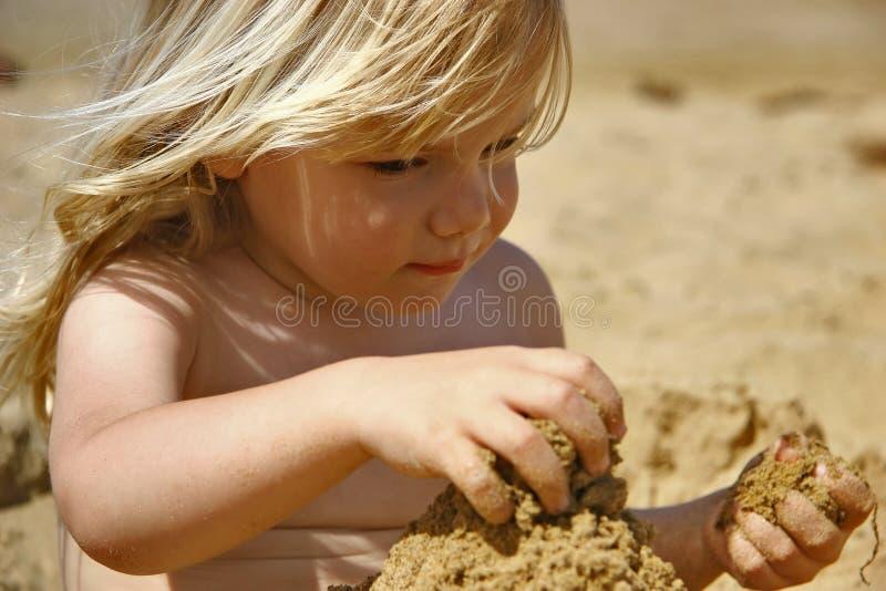 Bambino che gioca in sabbia fotografie stock libere da diritti