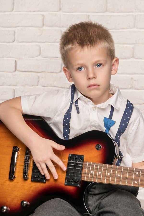 Bambino che gioca sulla chitarra elettrica fotografia stock libera da diritti