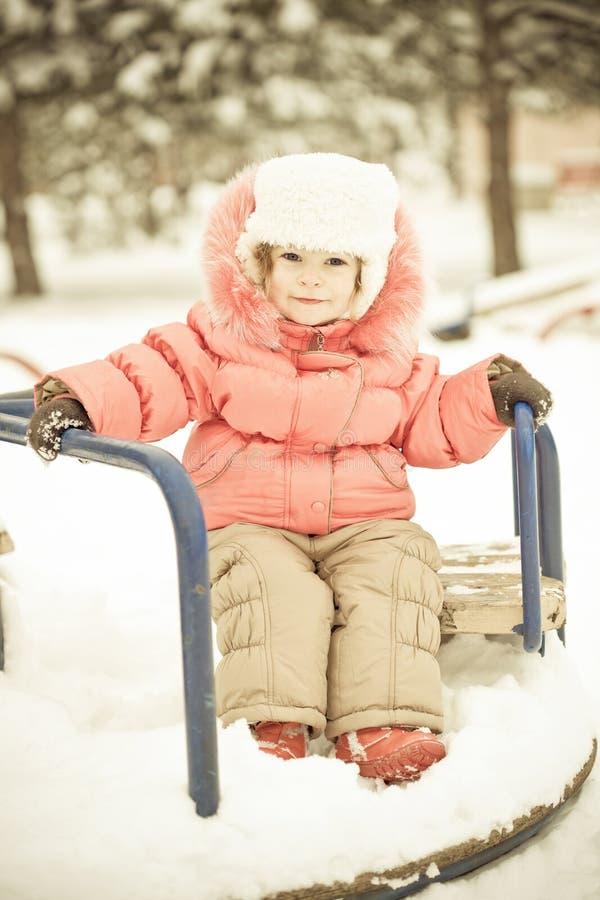 Bambino che gioca sulla neve in inverno fotografia stock