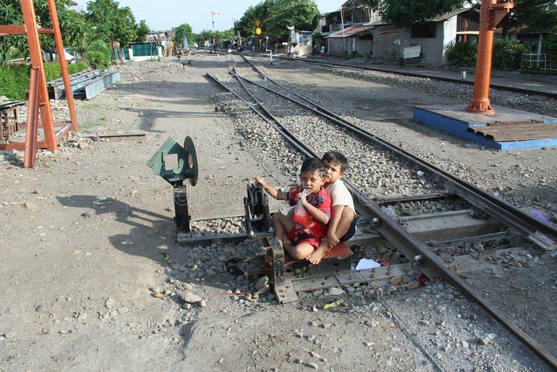 Bambino che gioca sulle piste del treno alla stazione Sangkrah Java Indonesia centrale solo immagini stock libere da diritti