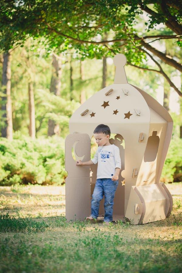 Bambino che gioca in un'astronave del cartone Concetto di Eco immagini stock libere da diritti