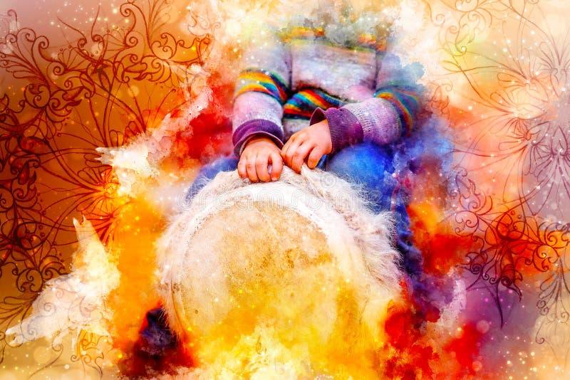 Bambino che gioca un tamburo del djembe con le caratteristiche naturali della pelliccia della capra ed il fondo morbidamente vago fotografia stock libera da diritti