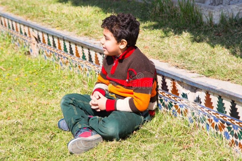 Bambino che gode al giardino fotografia stock libera da diritti