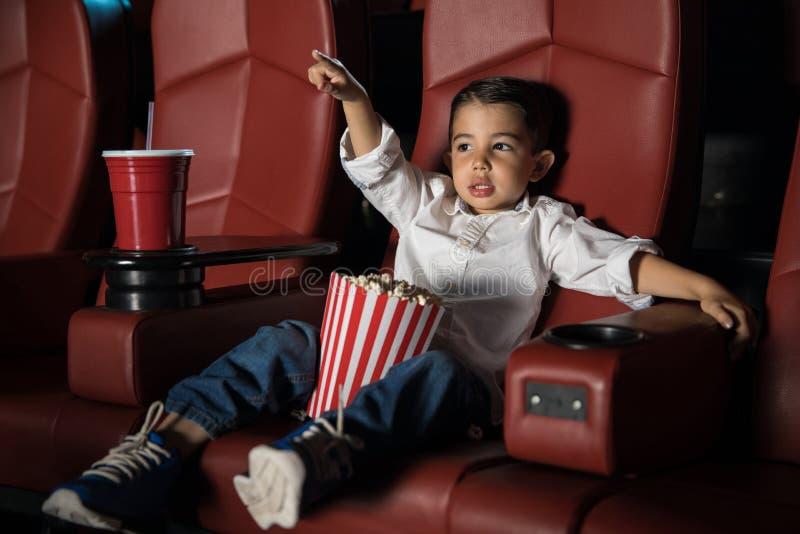 Risultati immagini per bambino al cinema
