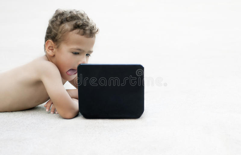 Bambino che guarda un film fotografie stock libere da diritti