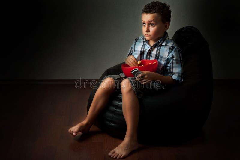 Bambino che guarda un film spaventoso fotografie stock libere da diritti