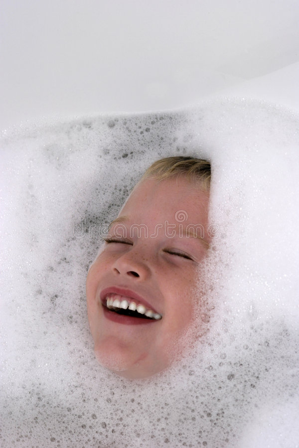 Download Bambino Che Ha Divertimento Nel Bagno Immagine Stock - Immagine di divertente, bolle: 201039