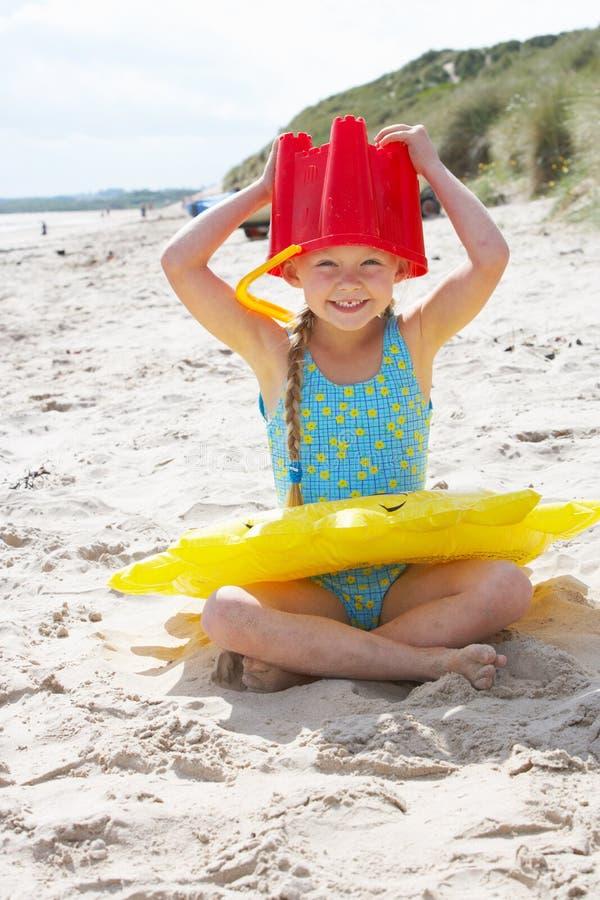Bambino che ha divertimento sulla spiaggia fotografia stock libera da diritti