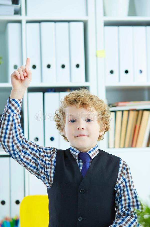 Bambino che ha un momento di Eureka Concetto dello scolaro del genio, dell'istruzione elementare e delle aspirazioni di futuro fotografia stock
